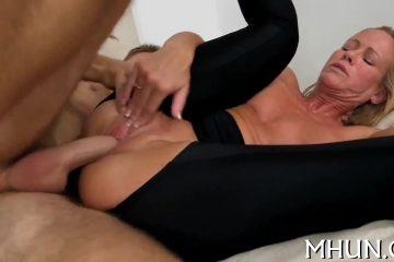 Deze spannende mama vraagt de filmcamera kerel om een trio porno te doen