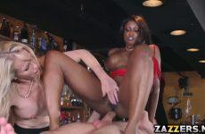 De donkere pijpt en word anal geneukt waarna het blondje een beurt ontvangst