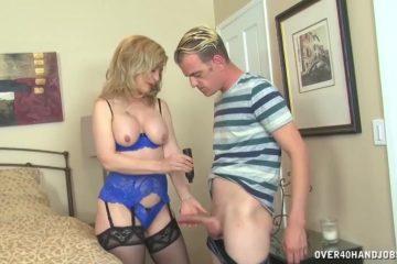 In wulps lingerie trekt deze mature dame de stijve lid van de jongeman af