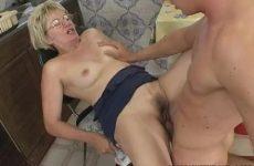 Deze rijpe dame laat haar bekkie en kletsnatte gleuf penetreren