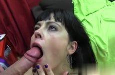 De moeder laat haar smikkel vol cum ejaculeren door de jongeman