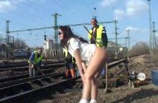 Zij flashed haar blote gleuf bij spoorwegwerkers