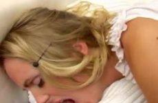 Als een bezetene neukt zijn stijve lul het blondje