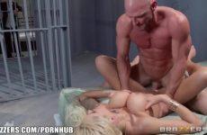 Zijn sexy echtgenote naait de gevangene tegenover hem