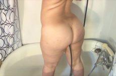 Vette hottie neemt een anaal klysma in bad
