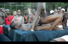 Gay sex in het openbaar op poolparty