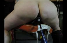 Een neukmachine voor zijn grote slaafje