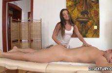 Hij krijgt een wellustige massage met een happy end
