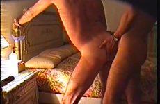 Homo amateurs doorneuken tegen het bed omhoog