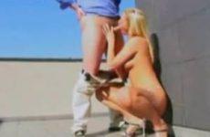 Blonde slet zuigt baas