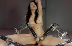 Zwoel sexbom neemt plaats op een mega sexmachine