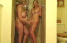 Knap jong meisje onder de douche met zwangere vrouw