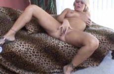 Haar kale kut vingerend krijgt de milf een orgasme