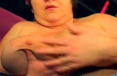 Obese vrouw vingert haar vette kut