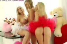 Blond meisje toont haar nauwe kontgaatje