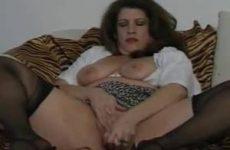 Als haar man van huis stopt ze een dildo in haar kut en kont