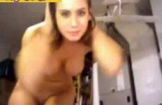 Slet laat tieten en billen zien voor webcam