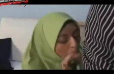 Moslima pijpt neukt en laat de sperma in haar mondje spuiten