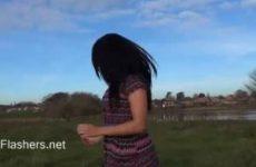 Chloe geniet van mastuberen in de buitenlucht