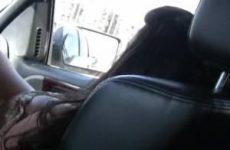 Tijdens het rijden krijgt hij een pijp beurt