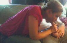 Zijn vrouw laat haar mond vol sperma spuiten