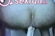 Hij neukt zijn anus met haar vuist