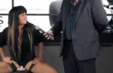 Sexy Francaise komt klaar op de Sybian sex machine