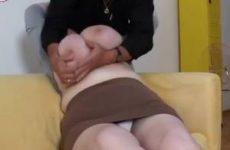Geile oma laat met haar grote tieten spelen