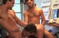 Mooie gespierde mannen doen niet moeilijk over gay trio