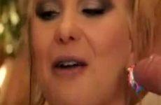 Blondine likt slagroom van lul