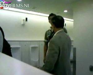 Afrukken terwijl andere mannen toe kijken in het toilet