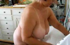 Grote tieten teef poseert naakt voor haar cabriolet