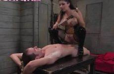 Meesteres verplicht haar slaaf haar te neuken