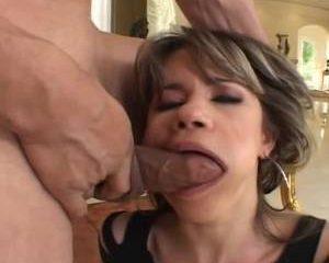 Na de pijp beurt neukt hij haar anus