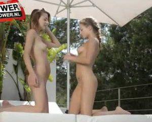 Mooie meisjes geven lesbisch showtje
