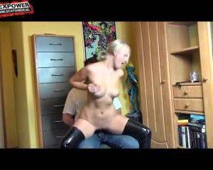Wippend op de voorbind dildo krijgt zijn vrouw een orgasme