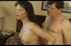 Ze word anal geneukt terwijl de vibrator haar kut mastubeerd