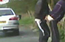 Een stiekeme blowjob langs de snelweg