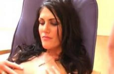 De mooie meid pijpt de een terwijl de ander haar anal neukt