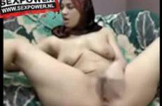 Gesluierde moslima vingert kutje