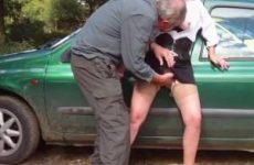 Op de parkeerplaats laat de hoer zich vingeren pijpt en trekt ze de oudere man af