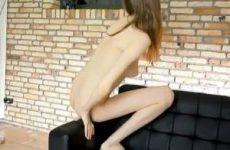 Het geile tiener meisje speelt met haar kale kutje