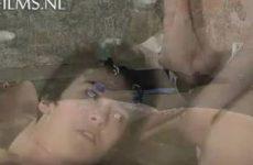 Tijdens pijpbeurt wordt slaafje onder gegoten met kaarsvet
