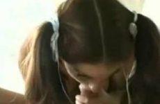 Geile tiener laat haar mondje volspuiten