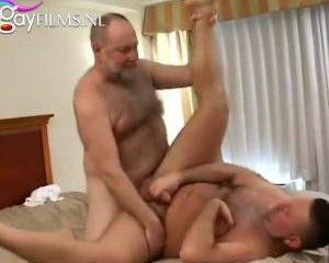 Om de beurt neuken de oudere mannen elkaar anal
