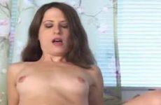 Als beloning neukt zij hem anal met een voorbind dildo