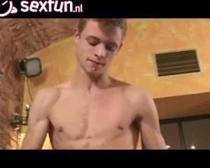 Homo anal volgespoten in gangbang