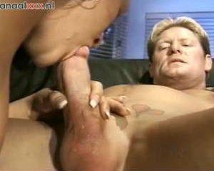Hij krijgt een pijp beurt en spuit haar mond vol sperma