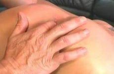 Haar anus word gelikt terwijl hij haar vingert