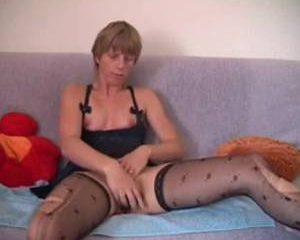 In sexy lingerie mastubeerd deze geile huisvrouw tot ze een orgasme kr...